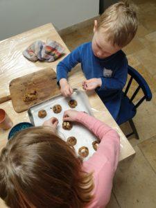 préparer des cookies avec des enfants